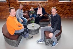 Neue Terrassenmöbel für das Schwanennest: Darüber freuen sich (von links): Ralf Messerschmidt, Stefan Hock, Paul, Annette Leske und Christian Dicker.